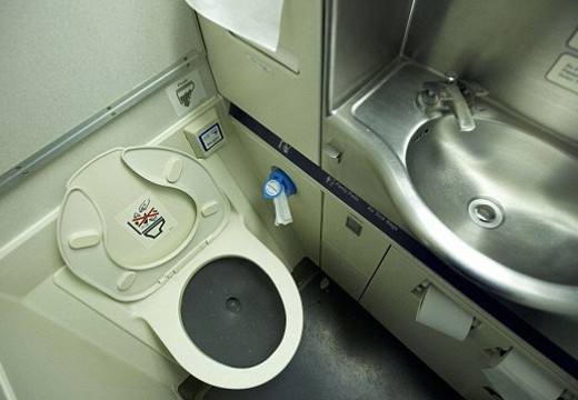 doing-wudhoo-in-airplane-toilet