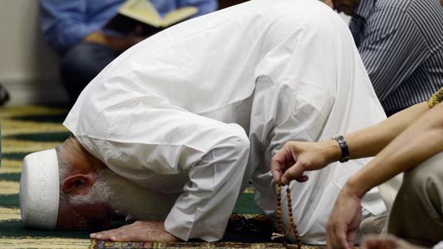 praying-the-sunnah-prayer-whilst-sitting-down